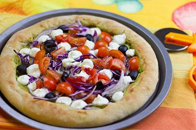 Pizza colorata al pesto di zucchine