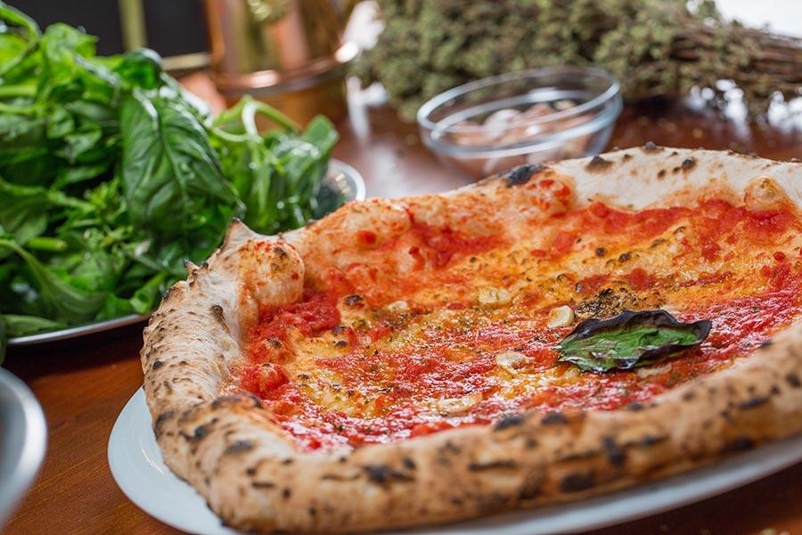 Pizza marinara con bordi ripieni gluten free