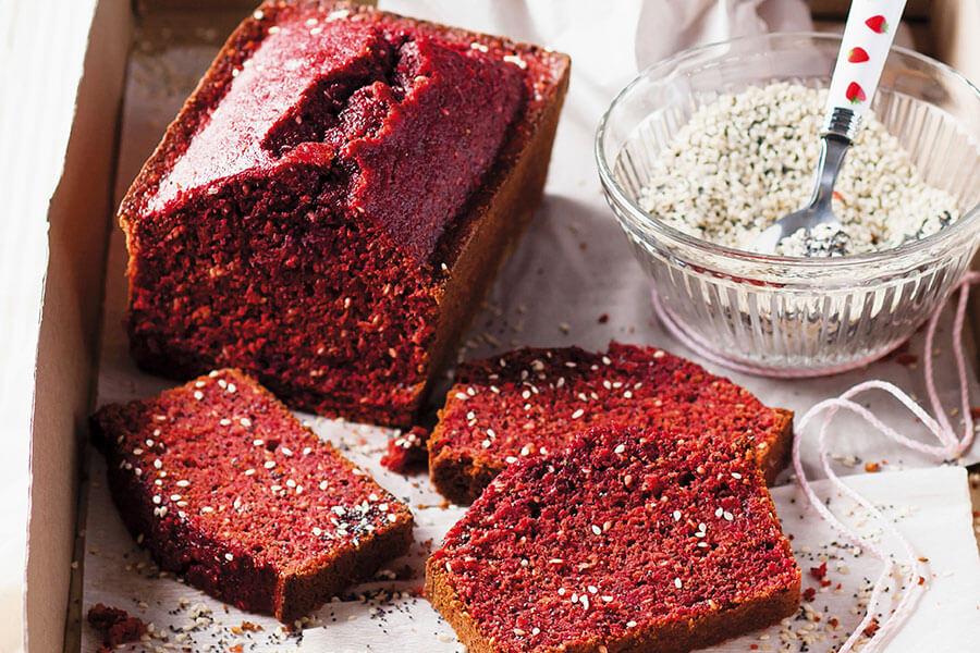 Plum cake alla barbabietola con semi di papavero e di sesamo